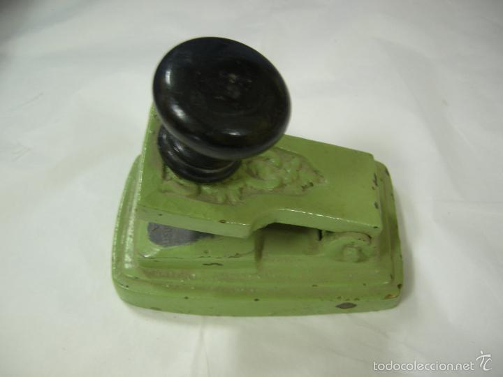 Antigüedades: antigua máquina prensa selladora en seco para facturas, completa de bronce con sus sellos, de pp xx - Foto 5 - 59613171