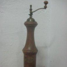 Antigüedades: ANTIGUO Y ENORME MOLINILLO PIMENTERO DE 46 CMS DE ALTO HECHO EN MADERA Y BRONCE, DATA DEL SIGLO XIX. Lote 59911243