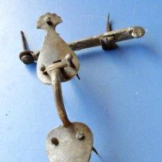 Antigüedades: PICAPORTE COMPLETO DE HERRERO CON SUS CLAVOS DE FORJA. Lote 60298691