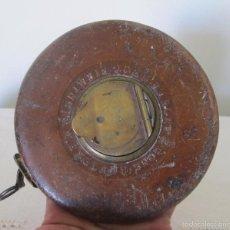 Antigüedades: ANTIGUA CINTA DE MEDIR 100 FT, JOHN RABONE. BIRMINGHAM, INGLATERRA. EN CUERO, BRONCE Y LATÓN. Lote 60343075