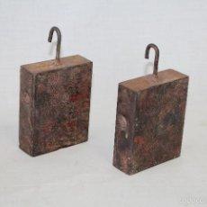 Antigüedades: 2 PESAS DE COLGAR EN HIERRO. Lote 60407211