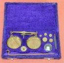 Antigüedades: BALANZA QUILATERA EN LATÓN. ESPAÑA. CIRCA 1950.. Lote 60496443