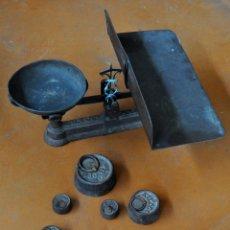 Antigüedades: GIGANTESCA BALANZA EN HIERRO CON VARIOS PESOS. SIGLO XIX. Lote 60510703