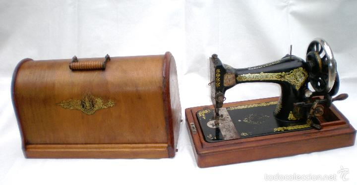 MÁQUINA DE COSER *SINGER* PORTÁTIL, CON SU TAPA, REFERENCIA: F1880713 DE 1874, LARGO 44 X 23,8 ANCHO (Antigüedades - Técnicas - Máquinas de Coser Antiguas - Singer)