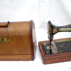 Antigüedades: MÁQUINA DE COSER *SINGER* PORTÁTIL, CON SU TAPA, REFERENCIA: F1880713 DE 1911, LARGO 44 X 23,8 ANCHO. Lote 60957099