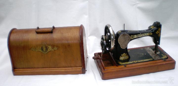 Antigüedades: MÁQUINA DE COSER *SINGER* PORTÁTIL, CON SU TAPA, REFERENCIA: F1880713 DE 1874, LARGO 44 x 23,8 ANCHO - Foto 4 - 60957099