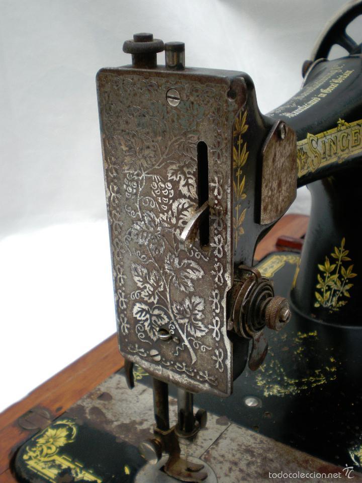 Antigüedades: MÁQUINA DE COSER *SINGER* PORTÁTIL, CON SU TAPA, REFERENCIA: F1880713 DE 1874, LARGO 44 x 23,8 ANCHO - Foto 8 - 60957099