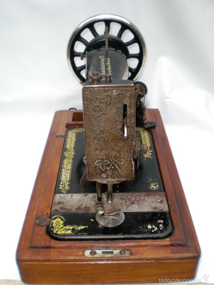 Antigüedades: MÁQUINA DE COSER *SINGER* PORTÁTIL, CON SU TAPA, REFERENCIA: F1880713 DE 1874, LARGO 44 x 23,8 ANCHO - Foto 9 - 60957099