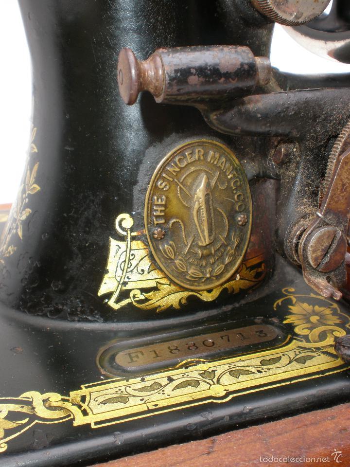 Antigüedades: MÁQUINA DE COSER *SINGER* PORTÁTIL, CON SU TAPA, REFERENCIA: F1880713 DE 1874, LARGO 44 x 23,8 ANCHO - Foto 12 - 60957099