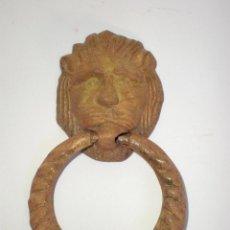 Antigüedades: ALDABA-PICAPORTE-LLAMADOR DE PUERTA, EN BRONCE, CABEZA DE LEÓN, 11,5 CM. LARGO X 7,5 CM. ANCHO. Lote 60957483