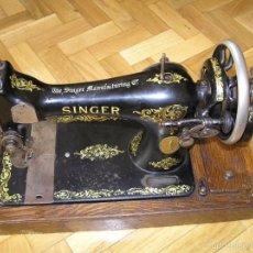 Antigüedades: MAQUINA DE COSER SINGER 28K DE MANIVELA - PORTATIL - CON SU TAPA. Lote 60987231