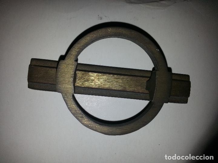 ANTIGUO TIRADOR METAL GRAN RELIEVE VINTAGE . METAL . SUJECCION 1 PUNTO CENTRAL (Antigüedades - Técnicas - Cerrajería y Forja - Tiradores Antiguos)