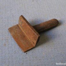 Antigüedades: HERRAMIENTA DE HIERRO PARA FORJA O ESCAYOLA (1,5X1,5X3,5CM APROX). Lote 62073296