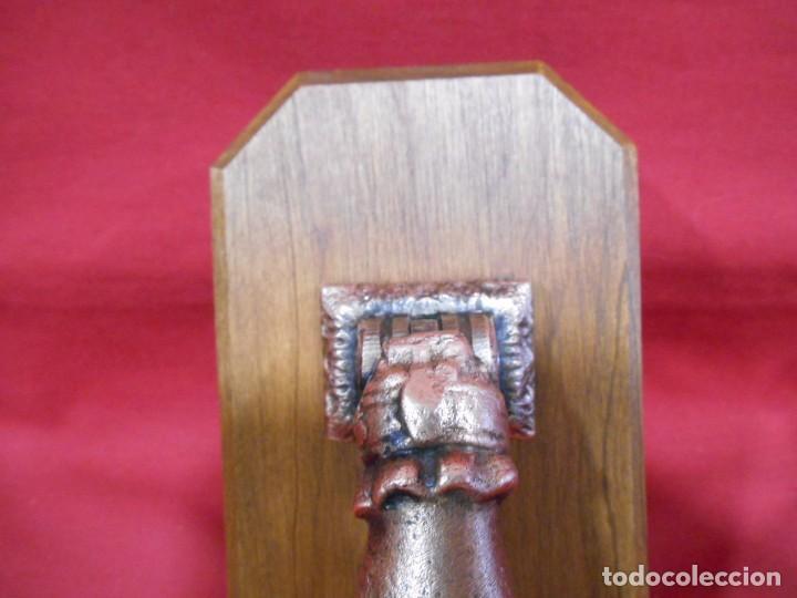 Antigüedades: ANTIGUO LLAMADOR-ALDABA EN BRONCE CON PEANA DE CAHOBA - Foto 2 - 62139032