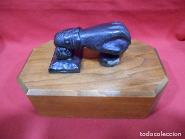 Antigüedades: ANTIGUO LLAMADOR-ALDABA EN HIERRO CON PEANA DE MADERA - Foto 3 - 62139412