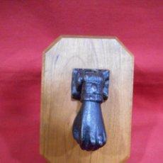 Antigüedades: ANTIGUO LLAMADOR-ALDABA EN HIERRO CON PEANA DE CAHOBA. Lote 62139692