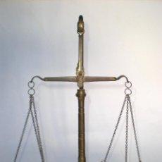 Antigüedades: BALANZA DE PRECISIÓN EN BRONCE Y PLATOS DE COBRE, ALTO: 31 CM. ENTRE PLATOS: 25 CM. FONDO BASE:10 CM. Lote 62437180