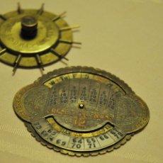 Antigüedades: CALENDARIO PERPETUO PUEDE QUE SEA DE LATON O COBRE. Lote 62483956