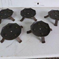 Antigüedades: LOTE DE CINCO BASES DE HIERRO PARA VELONES, 10,3 CM DE DIAMETRO. Lote 62757040