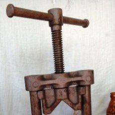 Antigüedades: VIEJA MÁQUINA TRONZADORA Y DOBLADORA DE TUBOS. OPERATIVA Y MUY DECORATIVA.. Lote 62765788