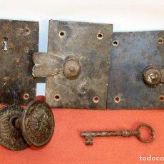 Antigüedades: ANTIGUA CERRADURA Y PASADOR EN HIERRO FORJADO. ESPAÑA. SIGLO XIX.. Lote 62854924