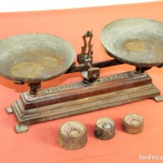 Antigüedades: BALANZA EN HIERRO DE FUNDICIÓN. PLATOS EN LATÓN.INCLUYE 3 PESAS. ESPAÑA. SIGLO XIX.. Lote 63163580