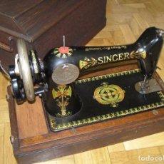 Antigüedades: MAQUINA DE COSER SINGER 66K DE MANIVELA - PORTATIL - CON SU TAPA TIPO COFRE. Lote 63726895