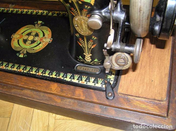 Antigüedades: MAQUINA DE COSER SINGER 66K DE MANIVELA - PORTATIL - CON SU TAPA TIPO COFRE - Foto 3 - 63726895