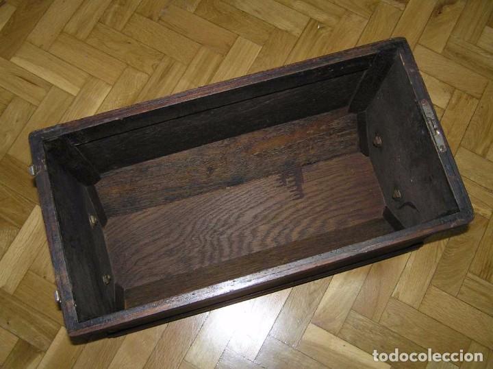 Antigüedades: MAQUINA DE COSER SINGER 66K DE MANIVELA - PORTATIL - CON SU TAPA TIPO COFRE - Foto 11 - 63726895