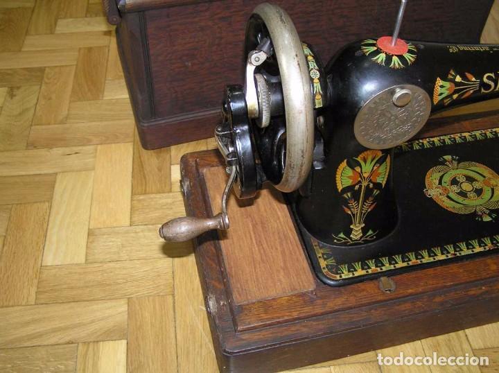 Antigüedades: MAQUINA DE COSER SINGER 66K DE MANIVELA - PORTATIL - CON SU TAPA TIPO COFRE - Foto 18 - 63726895