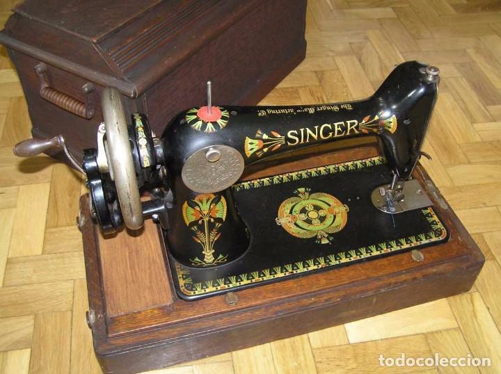 Antigüedades: MAQUINA DE COSER SINGER 66K DE MANIVELA - PORTATIL - CON SU TAPA TIPO COFRE - Foto 20 - 63726895
