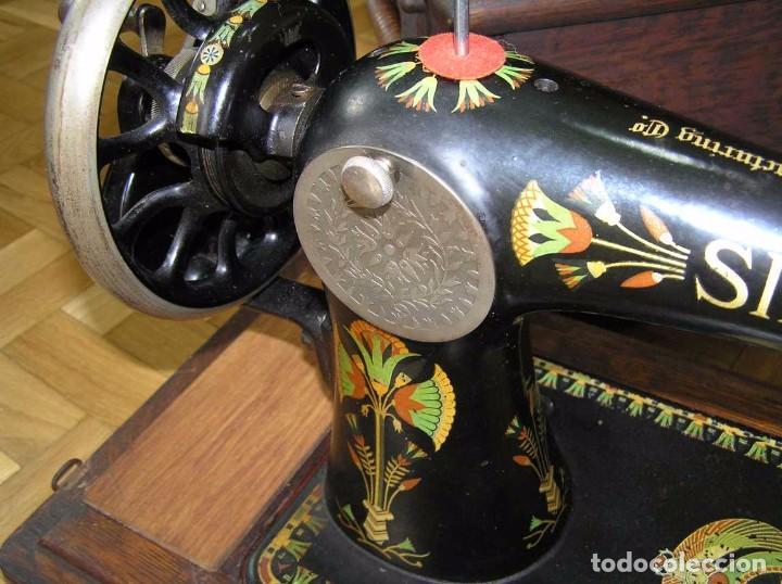 Antigüedades: MAQUINA DE COSER SINGER 66K DE MANIVELA - PORTATIL - CON SU TAPA TIPO COFRE - Foto 22 - 63726895