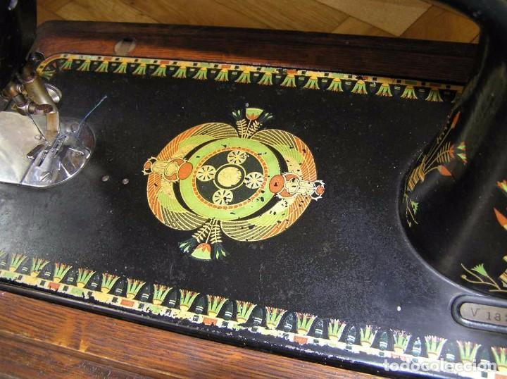 Antigüedades: MAQUINA DE COSER SINGER 66K DE MANIVELA - PORTATIL - CON SU TAPA TIPO COFRE - Foto 30 - 63726895