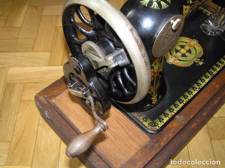 Antigüedades: MAQUINA DE COSER SINGER 66K DE MANIVELA - PORTATIL - CON SU TAPA TIPO COFRE - Foto 33 - 63726895