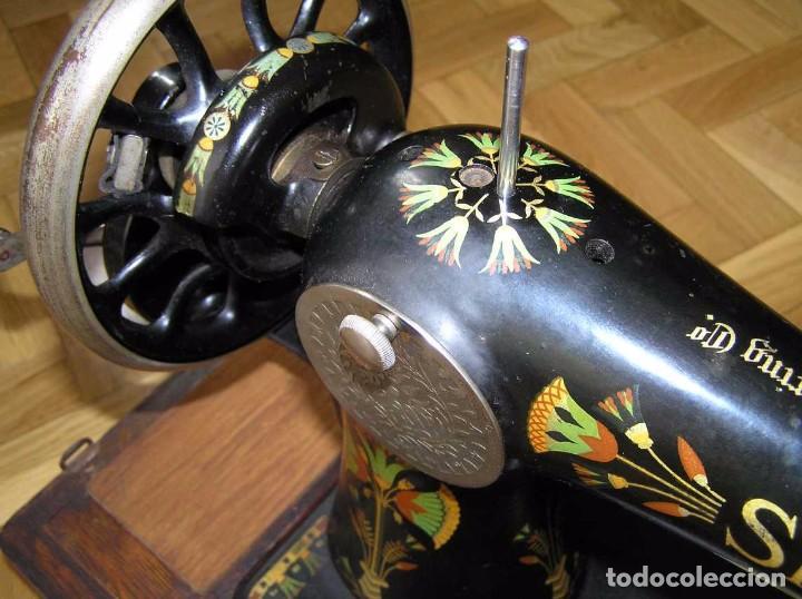 Antigüedades: MAQUINA DE COSER SINGER 66K DE MANIVELA - PORTATIL - CON SU TAPA TIPO COFRE - Foto 37 - 63726895