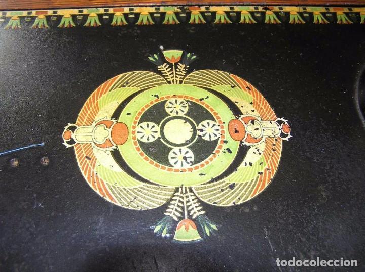 Antigüedades: MAQUINA DE COSER SINGER 66K DE MANIVELA - PORTATIL - CON SU TAPA TIPO COFRE - Foto 41 - 63726895