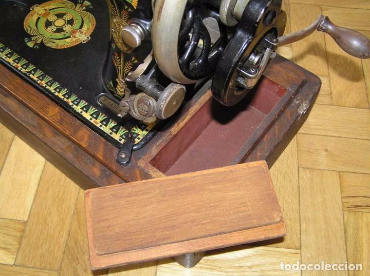 Antigüedades: MAQUINA DE COSER SINGER 66K DE MANIVELA - PORTATIL - CON SU TAPA TIPO COFRE - Foto 45 - 63726895