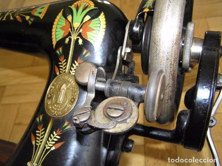 Antigüedades: MAQUINA DE COSER SINGER 66K DE MANIVELA - PORTATIL - CON SU TAPA TIPO COFRE - Foto 54 - 63726895