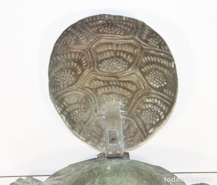 Antigüedades: LIMPIA ZAPATOS CON FORMA DE TORTUGA EN BRONCE. ESPAÑA. SIGLO XX. - Foto 3 - 64210667