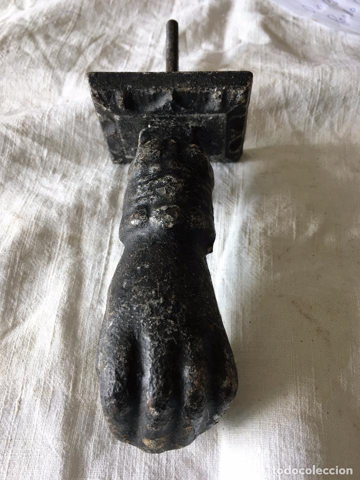 Antigüedades: Llamador antiguo de hierro en forma de mano. Tipical spanish antique iron door knocker - Foto 5 - 64377203