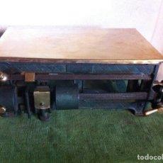 Antigüedades: PEQUEÑA PERO POTENTE BASCULA BALANZA DE HIERRO Y BRONCE PARA PESAR HASTA 50 KG PRINCIPIOS DEL XX. Lote 64667343