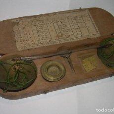Antigüedades: ANTIGUA Y BONITA BALANZA DE HIERRO FORJADO EN CAJA DE MADERA.CON CONTRASTE EN UNO DE LOS PLATOS.. Lote 64691835