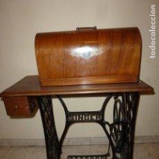 Antigüedades: MAQUINA DE COSER SINGER Nº 15 DE BOBINA CENTRAL DE 1922, CON PUPITRE, FUNDA Y ACCESORIOS . Lote 64836767