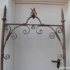 Antigüedades: ALTA DECORACIÓN. ANTIGUO ARCO DE POZO S. XVIII. FORJA. Lote 65806782