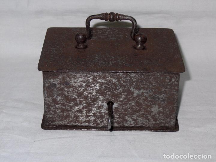 Antigüedades: CAJA FUERTE O DE CAUDALES PEQUEÑA DE HIERRO. CON LLAVE. FINALES 1800-PRINCIPIOS 1900 - Foto 2 - 117103435
