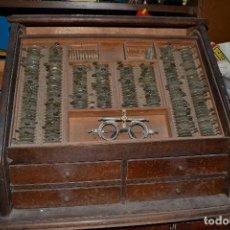 Antigüedades: MUEBLE CON LENTES PARA OCULISTA . Lote 65871854