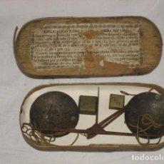 Antigüedades: BALANZA PARA PESAR ORO CON SU CAJA DE MADERA , PESO E INSTRUCCIONES - SIGLO XVIII. Lote 66112418