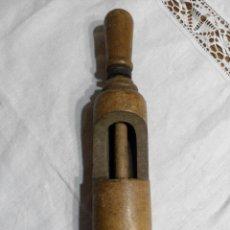 Antigüedades: ANTIGUA EMBOTELLADORA DE CORCHOS REALIZADA EN MADERA. Lote 66785090