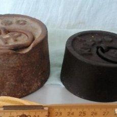Antigüedades: PAREJA DE ANTIGUAS PESAS. ENORMES. EN HIERRO. 2 KG. Y 1 KG.. Lote 66912298