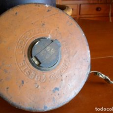 Antigüedades: METRO CON CINTA DE 30 METROS EN CAJA DE MADERA FORRADA EN PIÉL - ANTIGUO. Lote 66959614